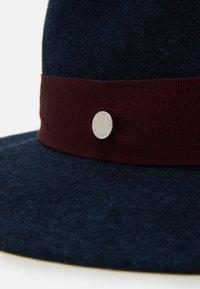 Paul Smith - WOMEN HAT HARDWARE GROSGRAIN - Klobouk - dark blue/bordeaux - 4