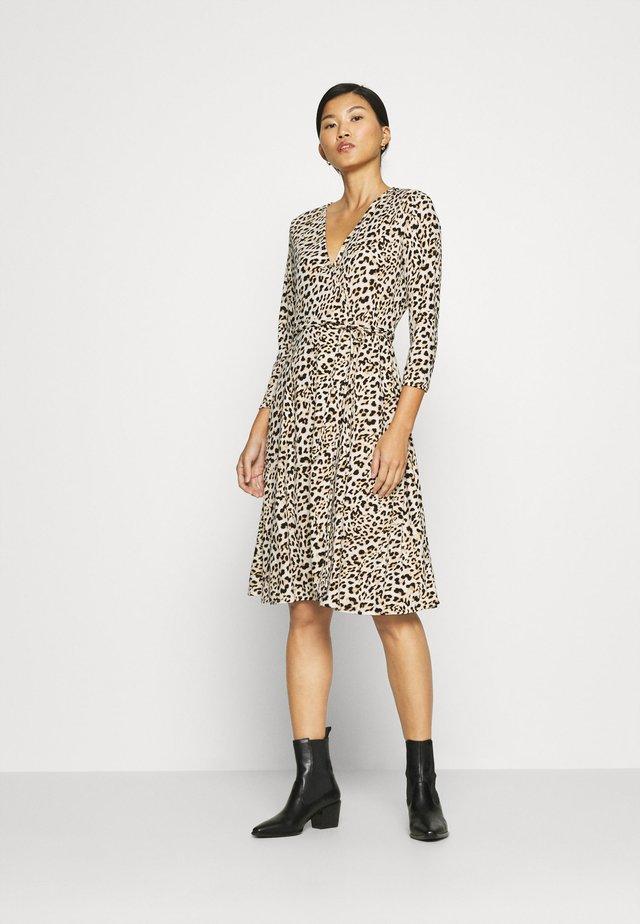 MATTE WRAP - Vestido informal - cheetah