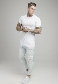 SIKSILK - BLEACH SPLAT RIPPED KNEE - Jeans Skinny Fit - ultra light wash - 1