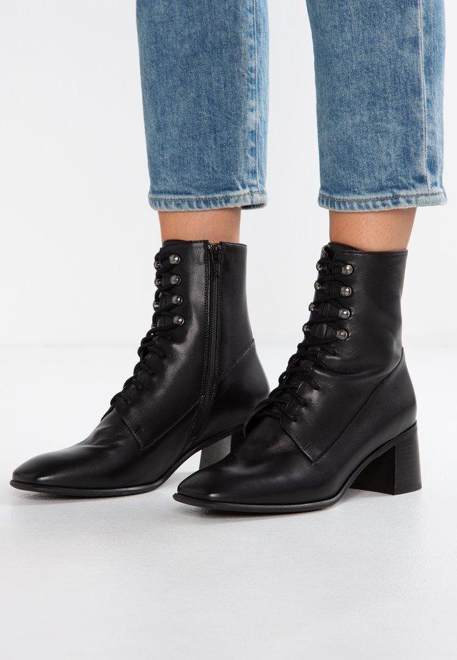 EMMA - Botines con cordones - black