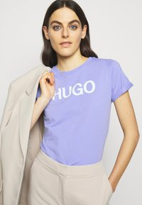 HUGO - THE SLIM TEE - Print T-shirt - pastel purple - 4
