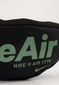 Nike Sportswear - HERITAGE - Bæltetasker - black/silver pine - 6