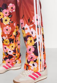 adidas Originals - GRAPHICS SPORTS INSPIRED PANTS - Tracksuit bottoms - multicolor - 4