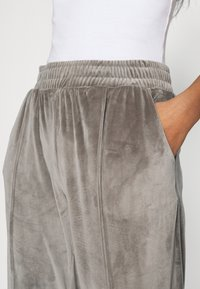 ONLY - ONLALVA PANT  - Tracksuit bottoms - charcoal gray - 4
