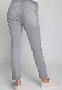 Zhrill - Tracksuit bottoms - light grey - 2