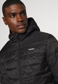 Jack & Jones - JJVINCENT PUFFER HOOD - Zimní bunda - black - 5