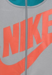 Nike Sportswear - CORE AMPLIFY - Mikina na zip - aquamarine/wolf grey/white/turf orange - 2