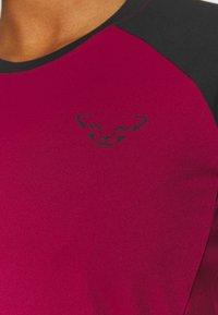 Dynafit - ALPINE PRO TEE - Print T-shirt - black out/beet red - 5