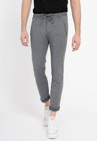 Zuitable - DISPARTAKUS SLIM - Trousers - grau - 0