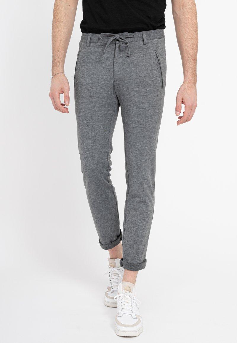Zuitable - DISPARTAKUS SLIM - Trousers - grau