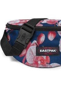 Eastpak - SPRINGER CHARMING GARDEN - Bum bag - charming pink - 3