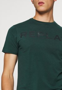 Replay - T-shirt con stampa - bottle green - 5