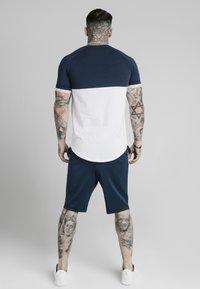 SIKSILK - T-shirt imprimé - navy  white - 2