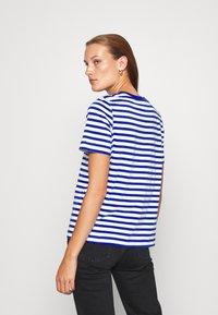 ARKET - T-shirts med print - blue bright - 2