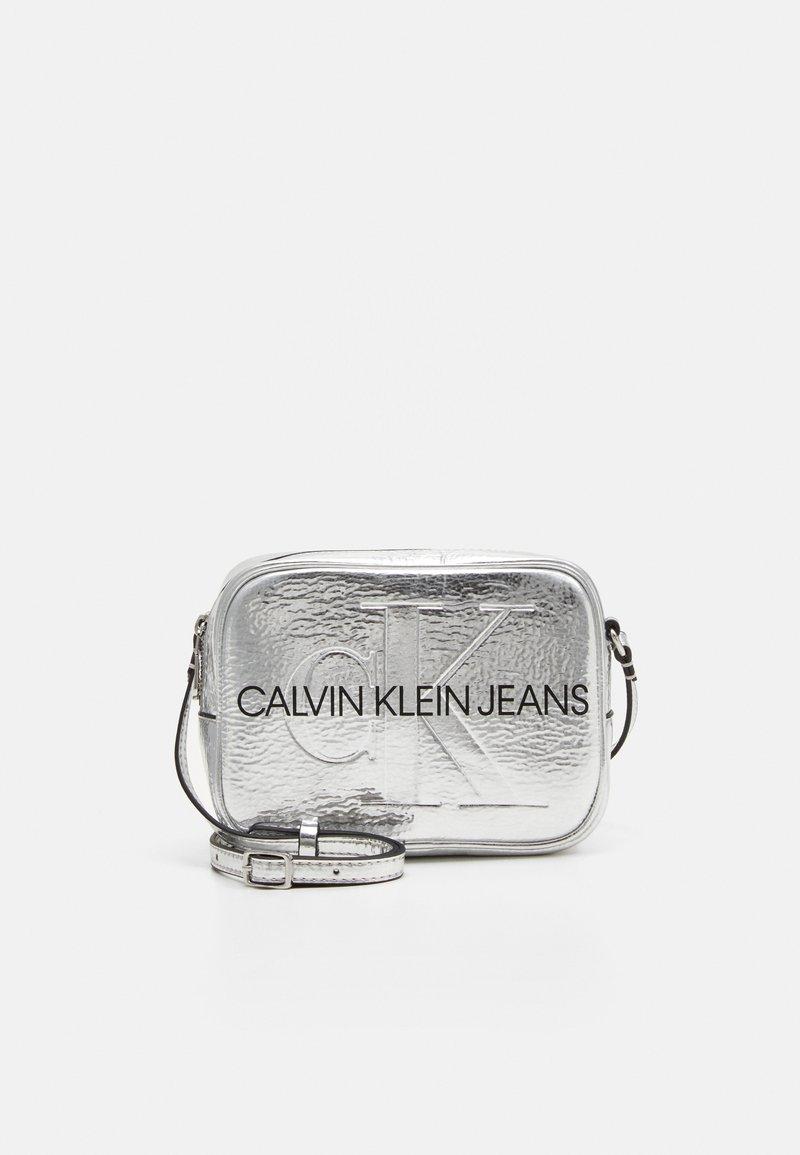 Calvin Klein Jeans - SCULPTED CAMERA BAG - Skulderveske - silver