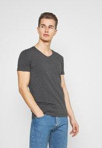 Tommy Hilfiger - STRETCH V NECK TEE - T-shirt - bas - black heather - 0