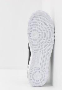 Nike Sportswear - AIR FORCE 1 '07 AN20 - Matalavartiset tennarit - black/white - 4