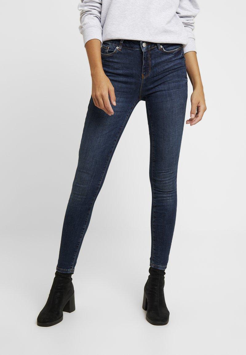 Vero Moda - VMSEVEN SLIM TAPERED - Skinny džíny - dark blue denim