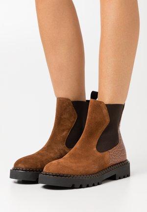 PECHINO - Kotníkové boty na platformě - cognac