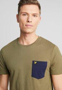 Lyle & Scott - CONTRAST POCKET - T-shirt z nadrukiem - lichen green/ navy - 4