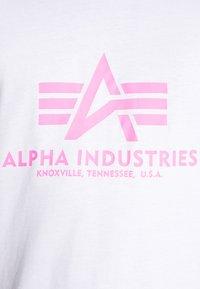 Alpha Industries - BASIC - T-shirt med print - white/neon pink - 5