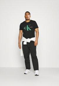 Calvin Klein Jeans Plus - SEASONAL MONOGRAM TEE - T-shirt con stampa - black/andean toucan - 1