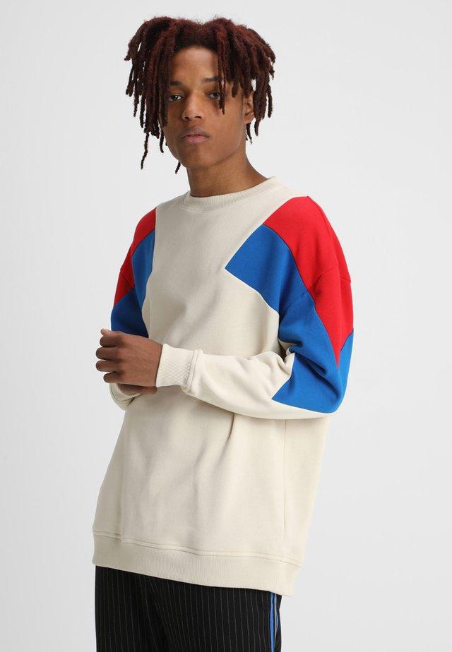 OVERSIZE 3-TONE CREW - Sweatshirt - sand/firered/brightblue