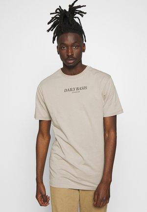 DAILY BASIS LOGO - T-shirt med print - khaki
