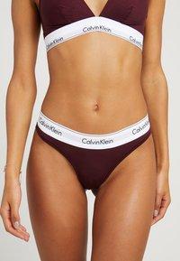 Calvin Klein Underwear - MODERN THONG - String - deep maroon/white - 0