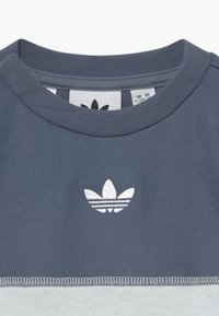 adidas Originals - OUTLINE CREW SET - Verryttelypuku - grey/white - 4