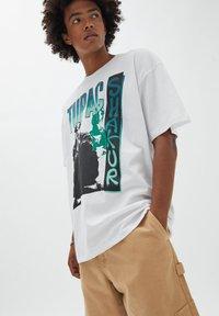 PULL&BEAR - TUPAC SHAKUR - T-shirt con stampa - white - 3