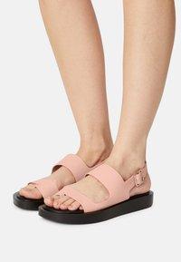 Who What Wear - ASHLEY - Sandály s odděleným palcem - pink coral - 0