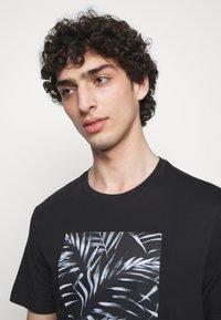 Michael Kors - PALM BLOCK TEE - Print T-shirt - black - 3