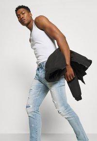 American Eagle - MEDIUM MOVE FREE - Slim fit jeans - getaway light - 3