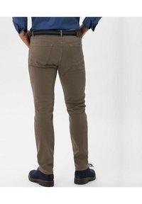 BRAX - STYLE CHUCK - Slim fit jeans - sand - 2