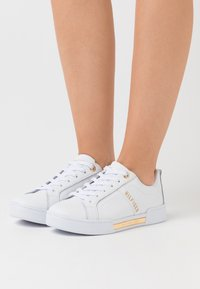 Tommy Hilfiger - BRANDED OUTSOLE STRAPPY  - Trainers - white - 0
