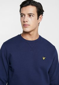 Lyle & Scott - CREW NECK - Sweatshirt - navy - 4