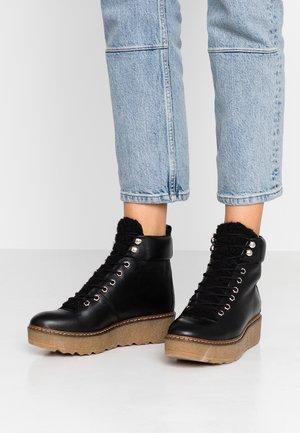 BEX - Kotníkové boty na platformě - black