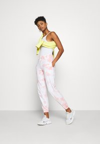 New Look - TIE DYE  - Tracksuit bottoms - mid pink - 1