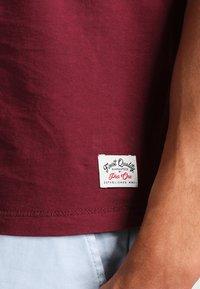 Pier One - Basic T-shirt - bordeaux - 4