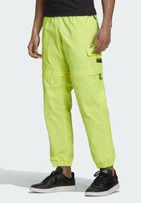 adidas Originals - R.Y.V. UTILITY 2-IN-1 TRACKSUIT BOTTOMS - Träningsbyxor - yellow - 0