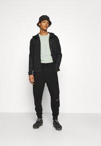 Calvin Klein Jeans - MICRO BRANDING PANT - Träningsbyxor - black - 1