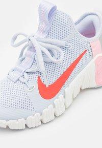 Nike Performance - FREE METCON 3 - Sports shoes - football grey/bright crimson/summit white/arctic punch/metallic silver - 5