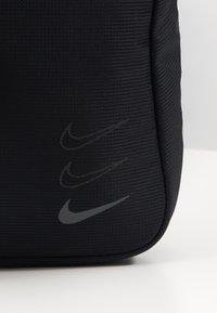 Nike Sportswear - ESSENTIALS UNISEX - Skulderveske - black/dark smoke grey - 3