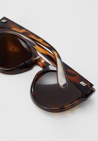 Le Specs - JEALOUS GAMES - Zonnebril - tort - 2