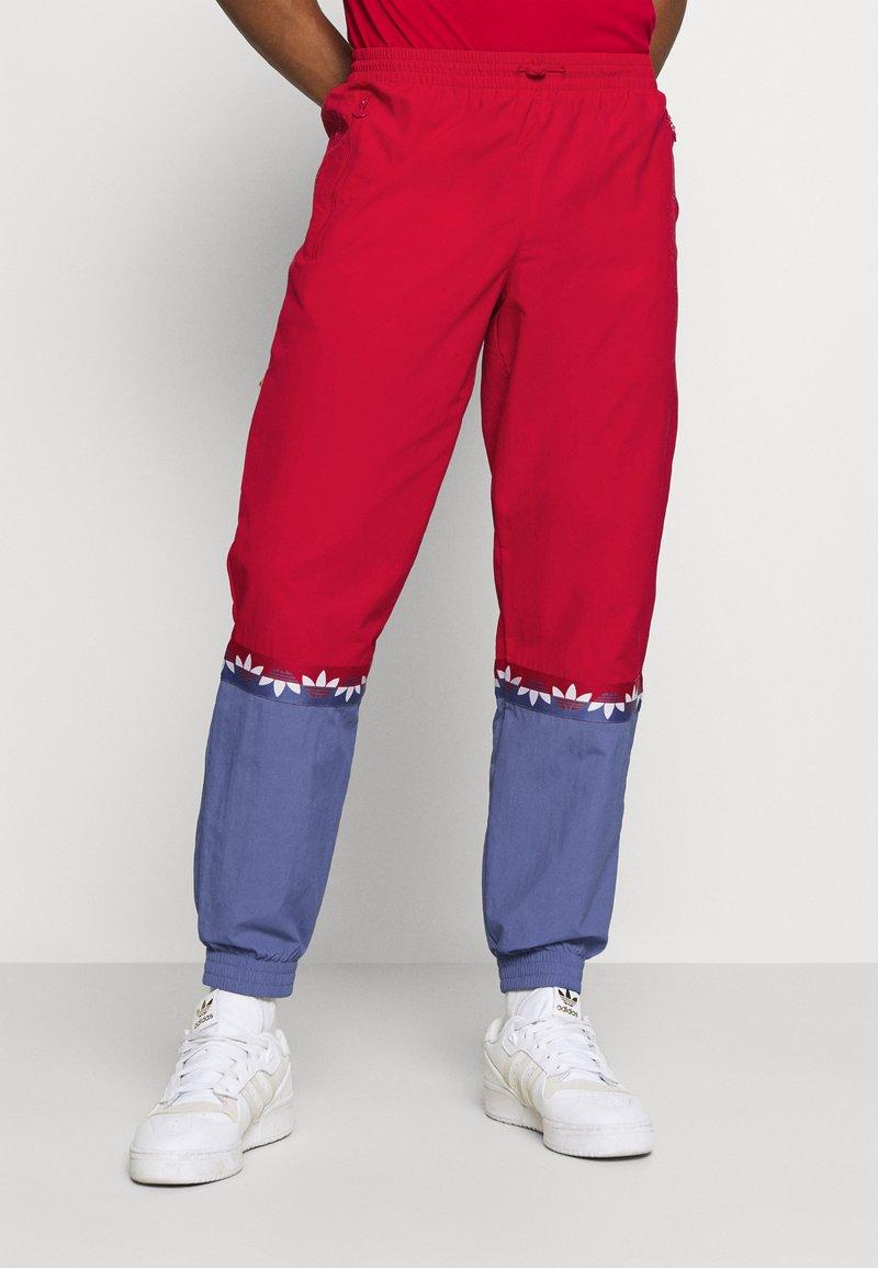 adidas Originals - SLICE TREFOIL ADICOLOR PRIMEGREEN ORIGINALS SLIM TRACK - Pantalones deportivos - scarlet/crew blue