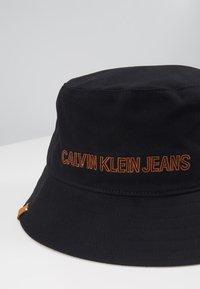 Calvin Klein Jeans - INSTITUTIONAL BUCKET - Kapelusz - black - 2