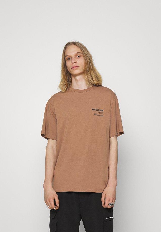 BARCODE TEE - T-Shirt print - brown