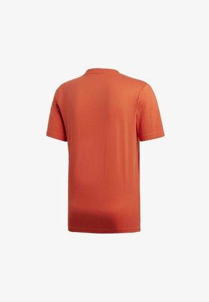 ESSENTIALS LINEAR LOGO T-SHIRT - Print T-shirt - orange