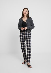 Rolla's - HORIZON CHECK PANT - Trousers - navy/cream - 2